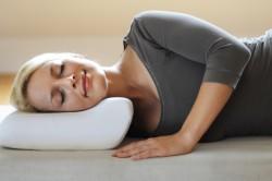 Польза ортопедической подушки для шеи
