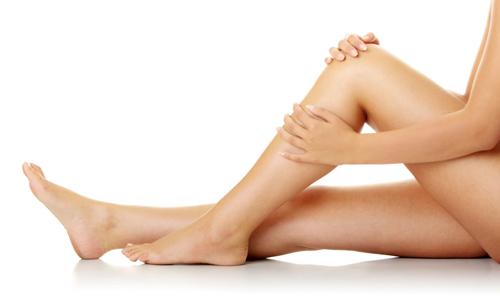 При острой фазе заболевания пациенту прописывается постельный режим и больная нога обязательно располагается выше, чем туловище