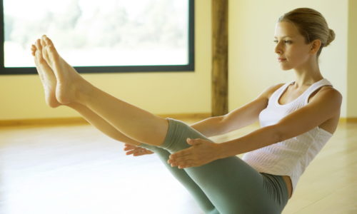 Регулярное выполнение комплекса упражнений помогает избежать застоя крови в ногах, улучшает кровообращение, делает ноги красивыми