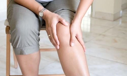 При варикозе человек чувствует постоянные неприятные ощущения в ногах, жжение. К вечеру нижние конечности могут сильно отекать, болеть
